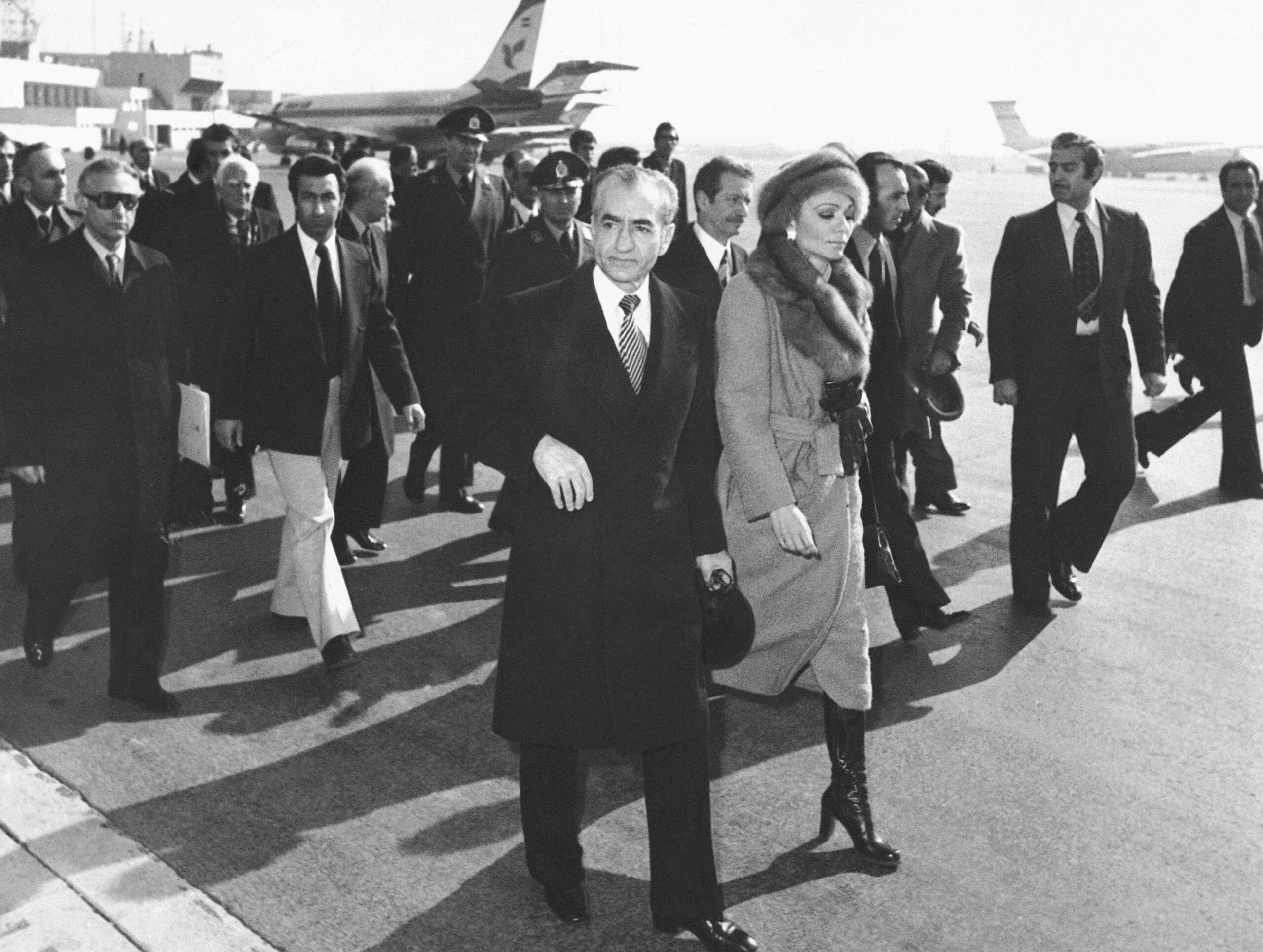الشاه وزوجته يغادران طهران بشكل نهائي في 16 كانون الثاني 1979. أرشيفية